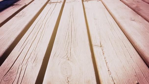 Dřevěná turistická stezka. Dřevěný most. Dolly. Detailní záběr