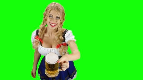 Frau in bayerischer Tracht spendiert Bier und zwinkert. Oktoberfest. Green Screen