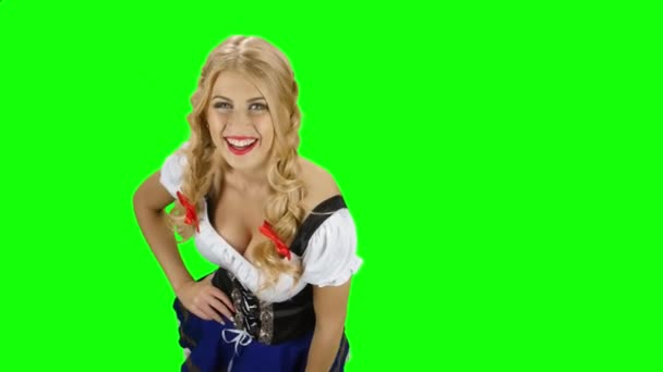 Ein bayerisches Mädchen in bayerischer Tracht reicht jemandem ein Bier. Green Screen