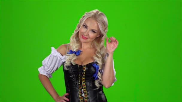Bajor szexi nő játszik a haj curl. Zöld képernyő. Lassú mozgás