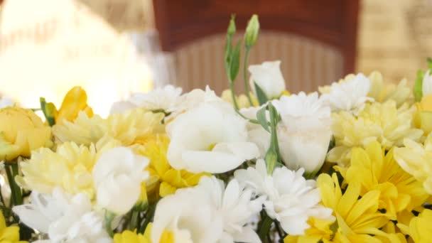 Dekorace s čerstvým žluté a bílé květy. Detailní záběr