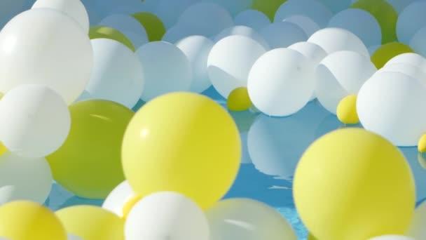 žluté a bílé balonky