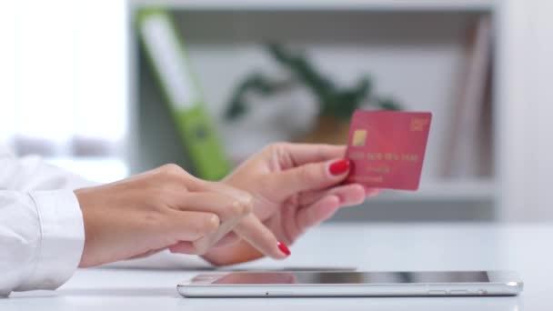 Frau beendet Online-Shopping