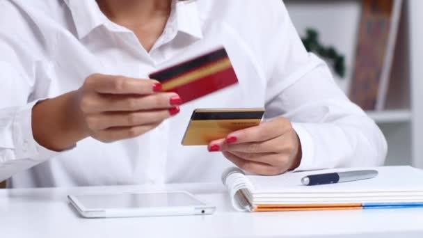 Nő úgy dönt, hogy hitelkártya
