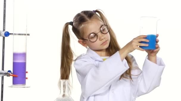 Dívka je vyhodnocen jako chemický experiment