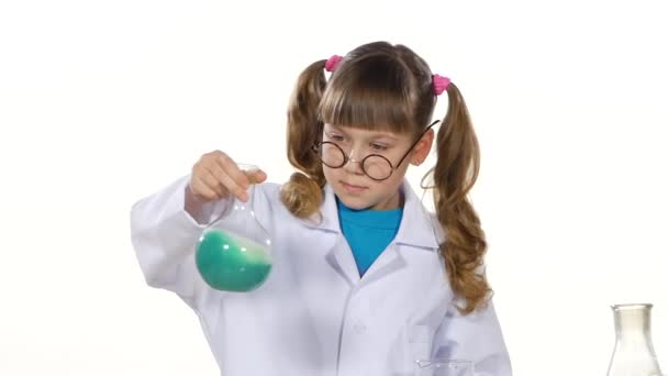 Ragazza in uniforme miscelazione prodotti chimici