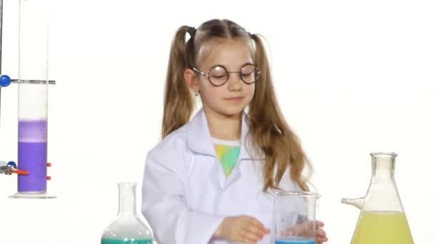 Ragazza valuta esperimento chimico
