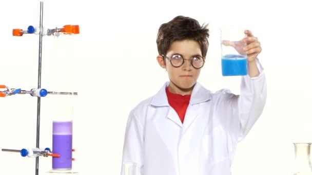 ragazzo che fa esperimento