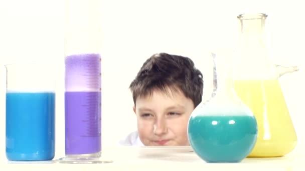 ragazzo si alza tra tubi chimici