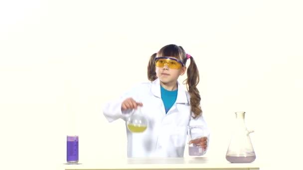 esperimento chimico ragazza
