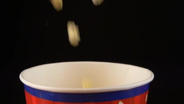 Popcorn fällt in eine Tüte