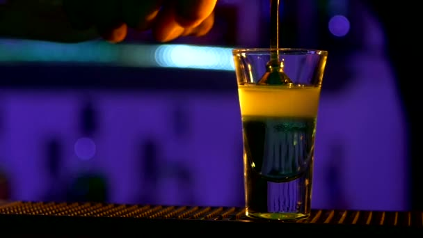 Barman nalil koktejl
