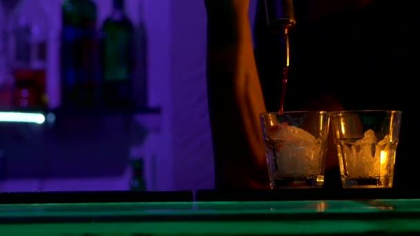 Barman dělat koktejly