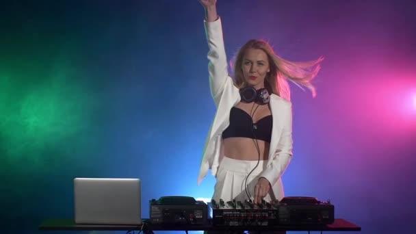 DJ lány zenélés