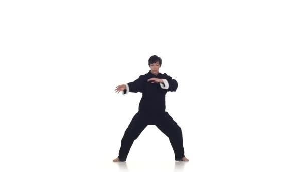 muži trénink karate