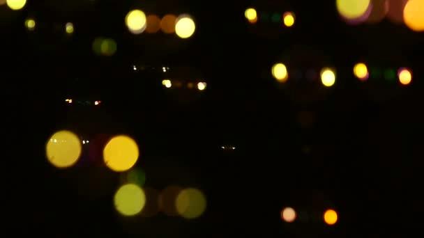 Modré, žluté, hnědé a oranžové mýdlové bubliny na černou, pozadí, rozostření pozadí, zblízka, zpomalené