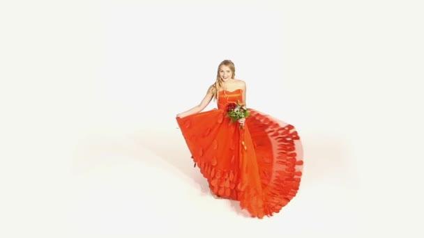 Gyönyörű lány gyönyörű piros ruha, a csokor virágot, örvénylő, elszigetelt fehér, lassú mozgás