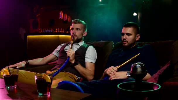 muži kouří od shisha pipei n caffee salonek