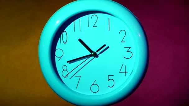 Jednoduché hodiny nebo hodinky na bílé dlaždicové stěně zobrazující jeden olock