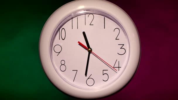 zavření bílé kancelářské hodiny na barevném pozadí