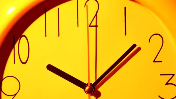 Vektorová žlutá ikona hodin ilustrace. Zavřít