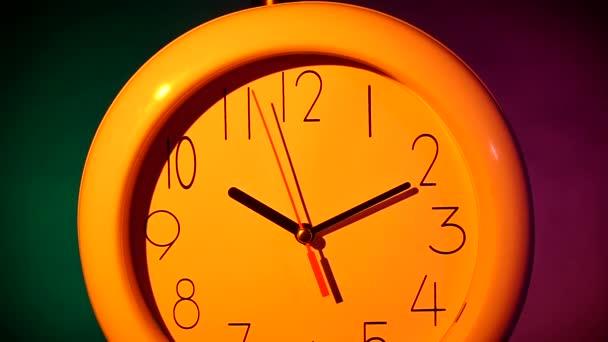 Klasické kruhové nástěnné modré hodiny s barevnou izolovanou