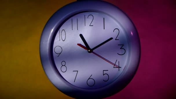 kancelářské bílé hodiny s barevným pozadím