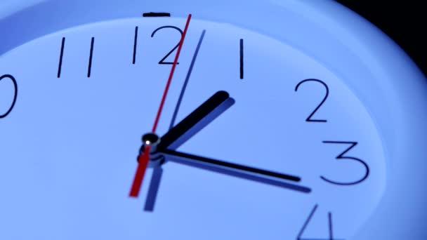 Obchodní označení bílých hodin na bílém pozadí