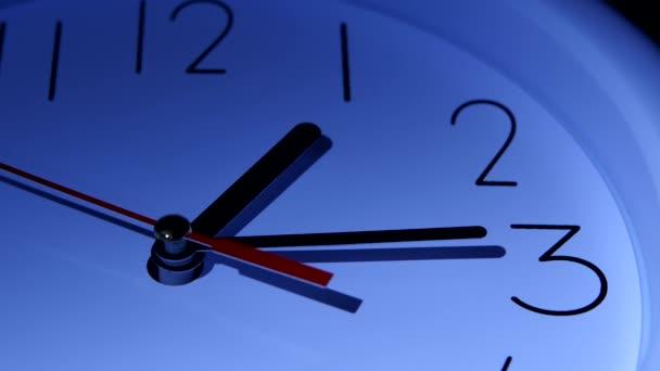 Vektorové modré kancelářské hodiny na bílém pozadí