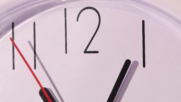 Fotó óra mutatja néhány percet délben, lassú mozgás
