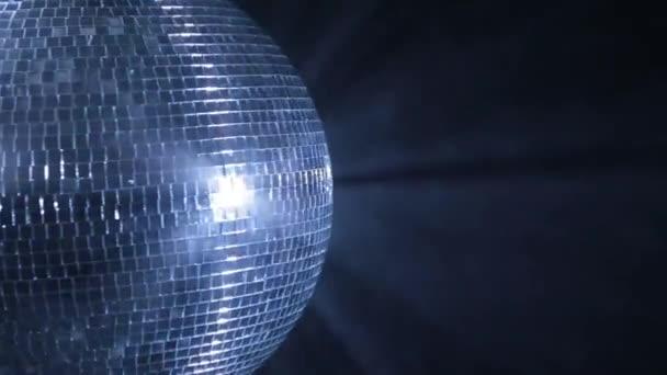 Poloviční disco míč odráží modré světlo