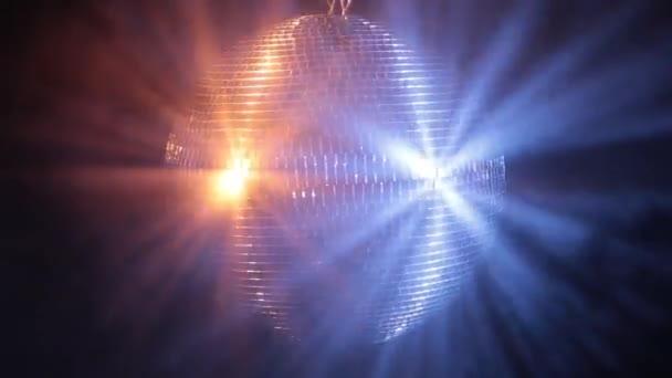 Disco tükörgolyó tükrözi nagyon élénk kék és piros fény