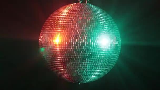 Disco zrcadlový míč odráží zelené a červené světlo
