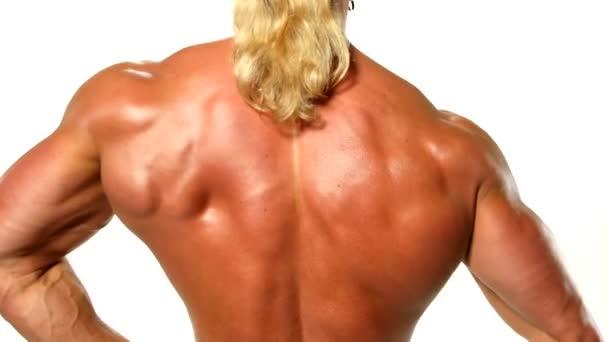 Velmi svalnatý muž na bílém pozadí