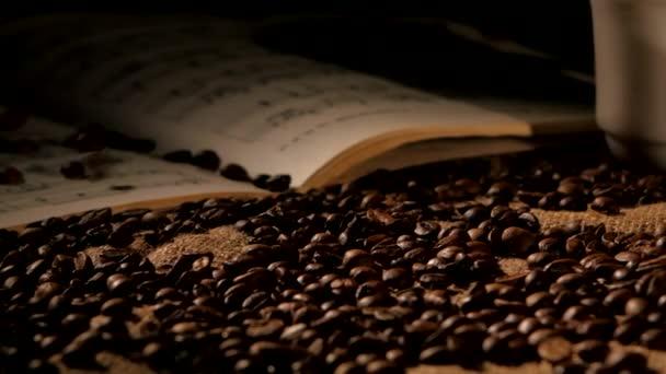 Kávová zrna a hudba na saku, černé pozadí