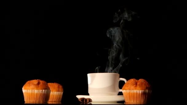 Gőzölés fehér csésze kávé torták, ánizs, fahéj fekete háttér