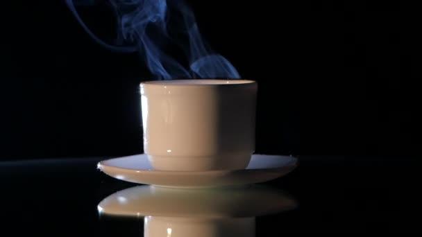 Šálek horké kávy na černém pozadí, uzavření