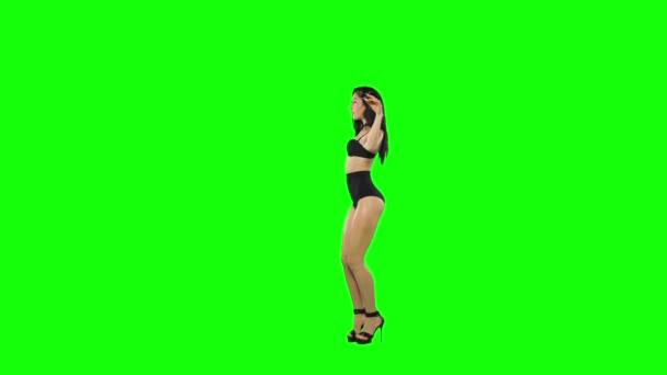 Go-go táncos lány izolált zöld képernyőn. Lassított mozgás