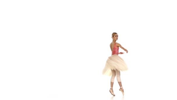 wunderschöne Ballerina mit Tanztrick, battements tendus, auf weißem Hintergrund, Zeitlupe