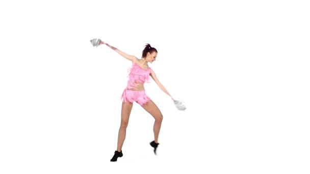 krásná dívčí roztleskávačka tančí na bílém pozadí s pompérem, pomalý pohyb