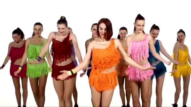 Lányok táncolnak szinkronban színes ruhák felett fehér háttér. lassított mozgás