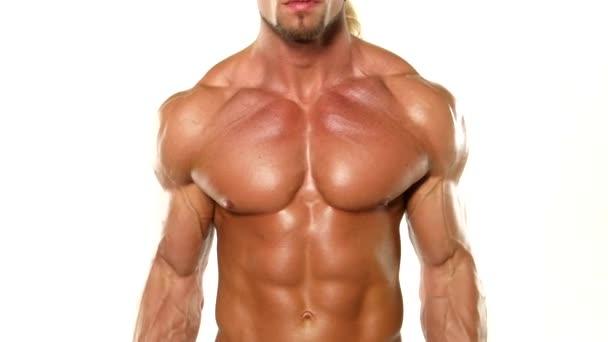 Zavřít mladého svalnatého kulturista s barem cvičením biceps, izolovaných na bílém studiovém pozadí.