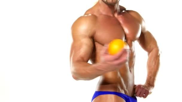 Tvarovaný a zdravý tělesný muž s čerstvým oranžovým, tvarovým břišním, izolovaným na bílém pozadí, barevný znovu dotený