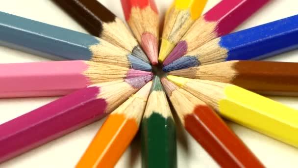 Skupina barevných tužek na bílém, rotaci, makro, zavřít