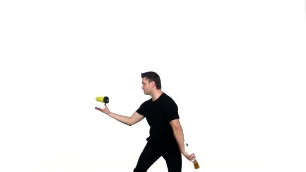 Barkeeper macht einen Trick mit einem gelben Shaker. zeitlupe