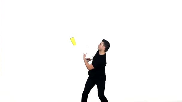 Der junge Barkeeper macht einen Trick mit einem Shaker. Zeitlupe