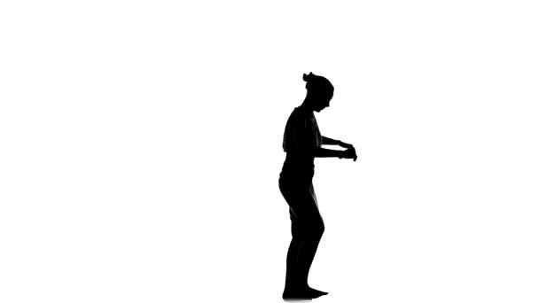 Štíhlá profesionální tanečnice si vychutnejte tanec společenský latinsko na bílém, siluetě