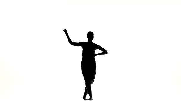 Gyönyörű táncos nő megy a tánc társadalmi Latino tánc mezítláb, fehér, sziluett