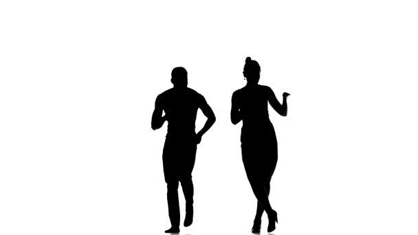Vonzó szociális Latino táncosok, az Európai lány és afro-amerikai ember megy a tánc, fehér, sziluett