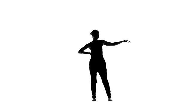 Jak začít tancovat mladou krásnou ženskou společenskou latinu na bílém, pomalém pohybu, siluetě